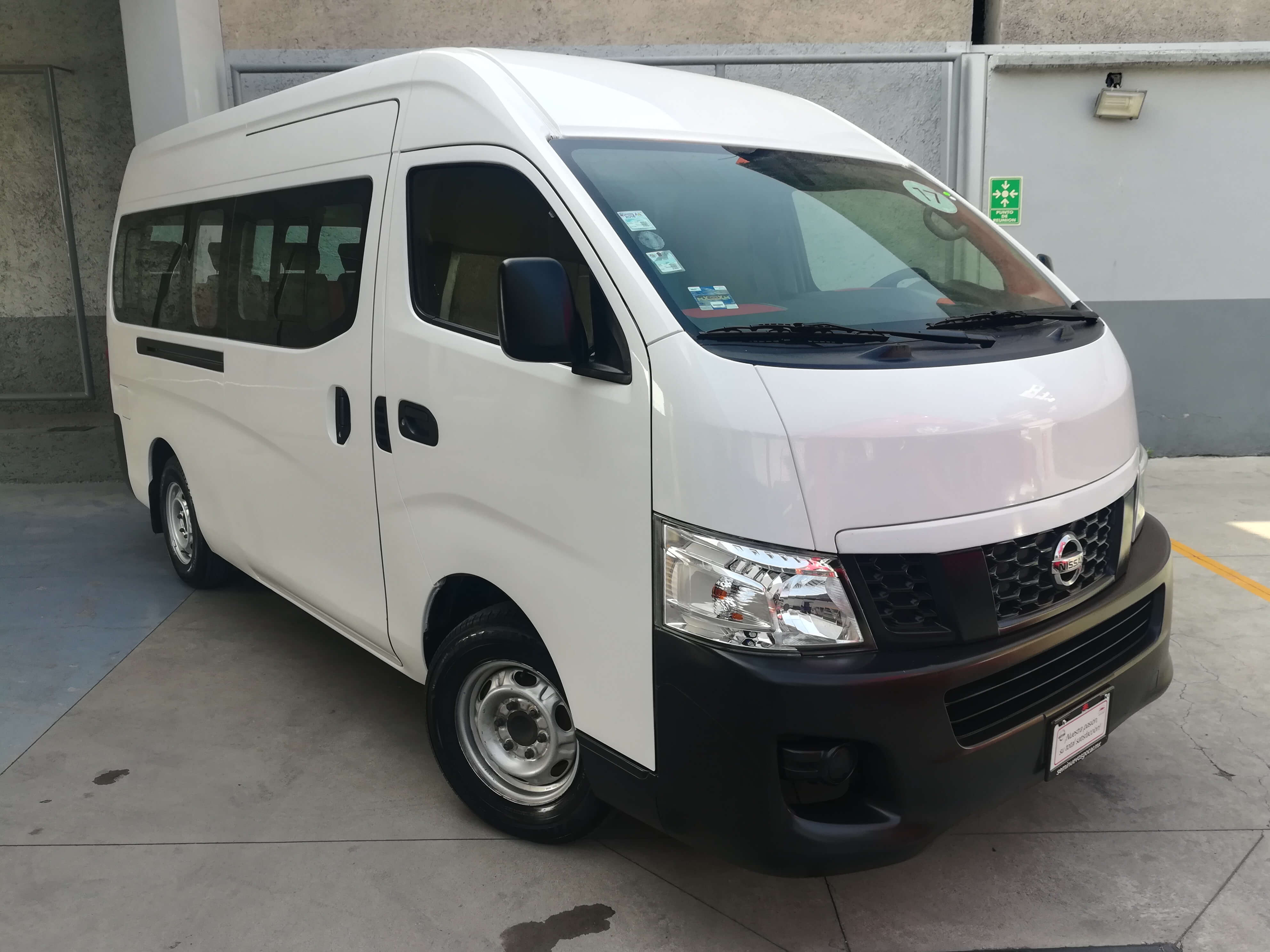 Nissan Urvan Panel 4 ventanas - GocarCredit