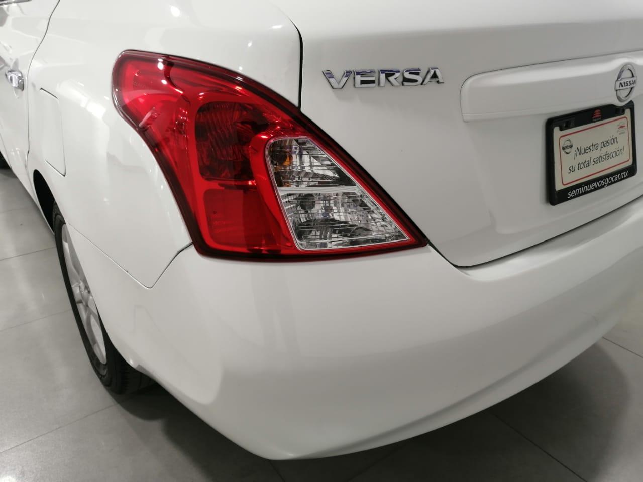 Nissan Versa Lateral derecho 12