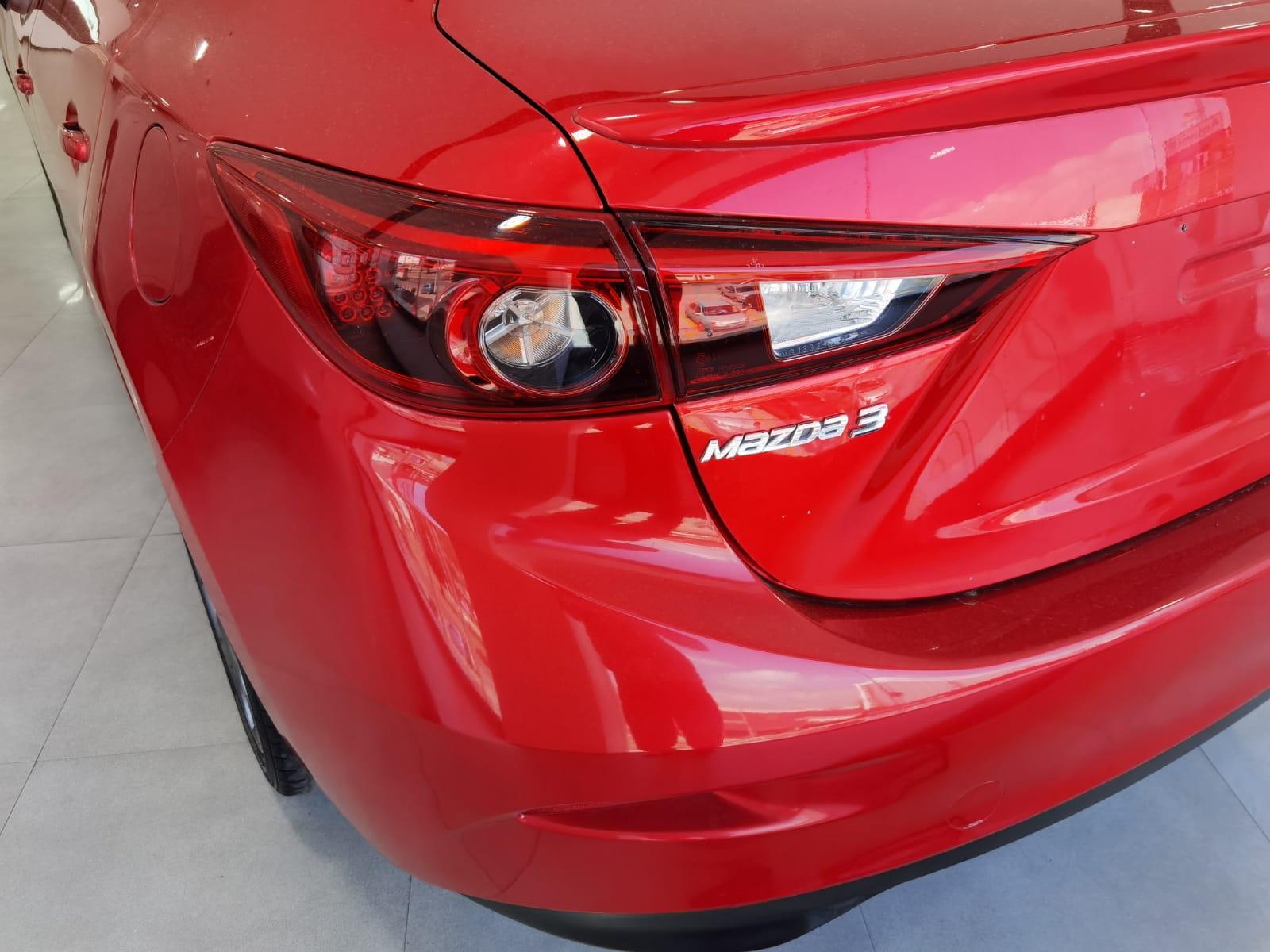 Mazda 3 Sedan Lateral derecho 14