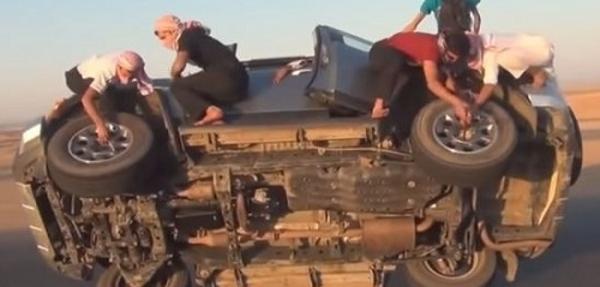 VIDEO: ¡Cómo cambiar las llantas de un auto en movimiento!