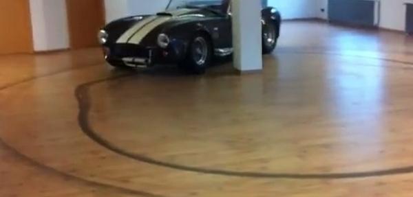 VIDEO: ¡Shelby Cobra hace trompos en una sala!