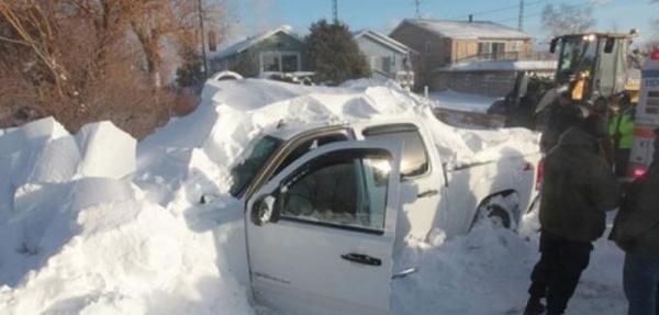 Tormenta de nieve lo deja atrapado en su camioneta