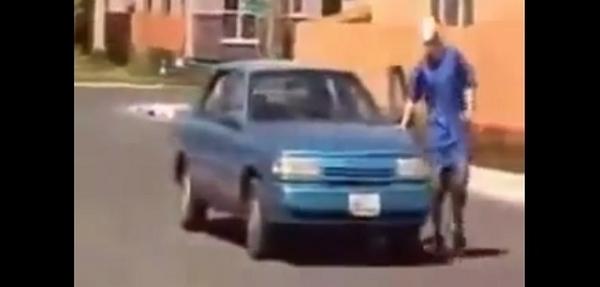VIDEO: Le roban el coche por andar de gracioso