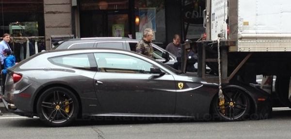Un Ferrari FF se mete debajo de un camión