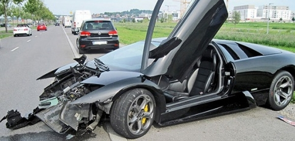 Un Lamborghini Murcielago es destrozado por su vendedor