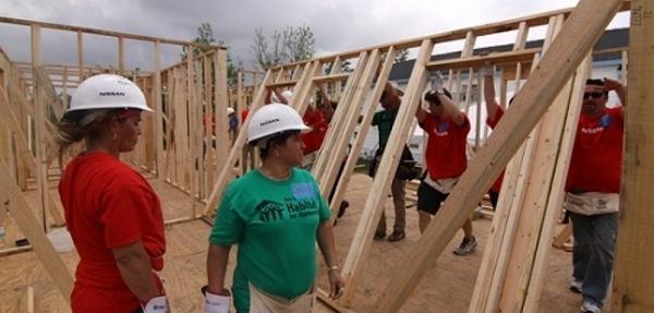 """Nissan y Hábitat para la Humanidad trabajan juntos para construir la """"casa Heisman"""""""