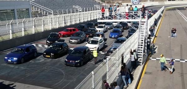 En la pista con 100 GTIs