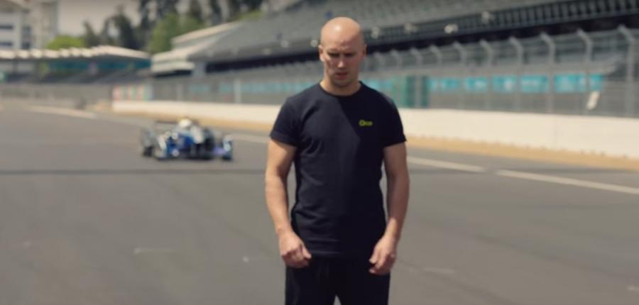 Video: Stunt salta sobre un auto Fórmula E