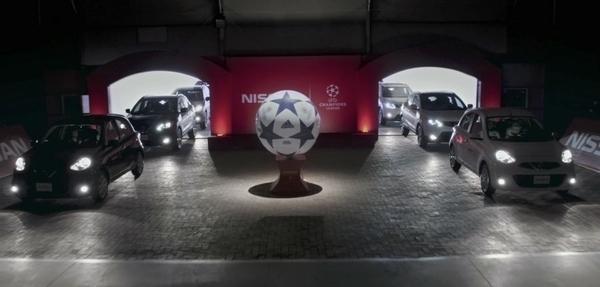 Autos Nissan se enfrentan en la cancha