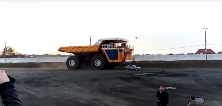 Video: MEGA camión aplasta otro auto