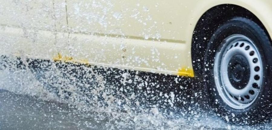 Conducir a velocidad en calles encharcadas puede dañar seriamente tu auto