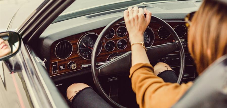 Un estudio afirma que las mujeres se estacionan mejor que los hombres