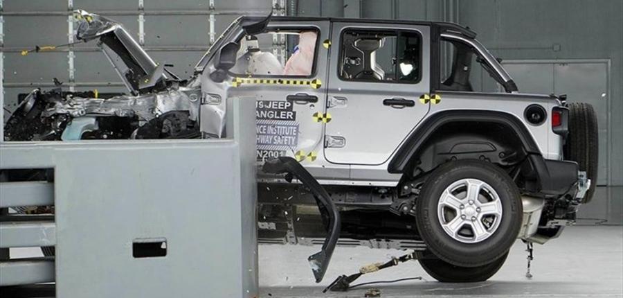 Video: Jeep Wrangler se vuelca durante la prueba de choque IIHS