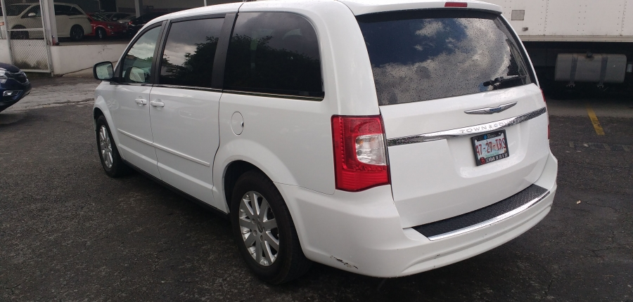 Chrysler Town and Country Frente 7