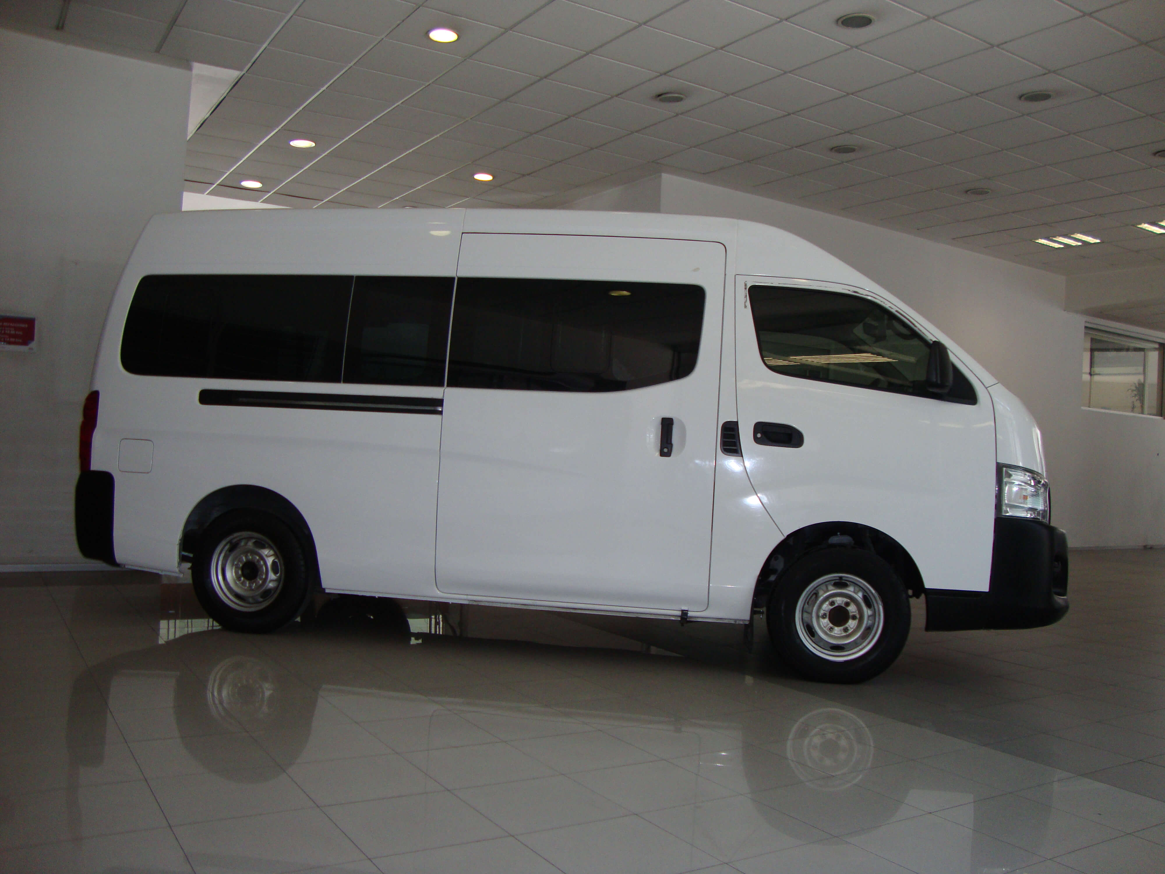 Nissan Urvan NV350 URVAN PANEL 4 VENTANAS AMPLIA T/M - GocarCredit