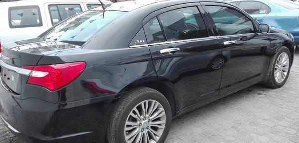 Chrysler 200 Lateral derecho 5