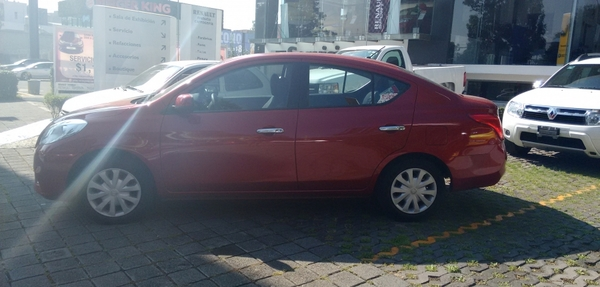Nissan Versa Lateral derecho 4