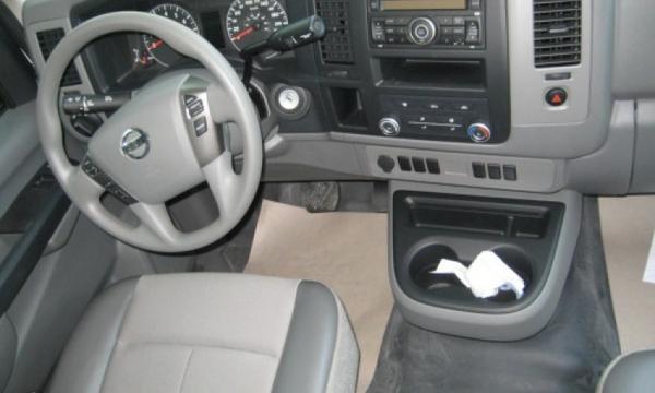 Nissan NV 2500 Atrás 3