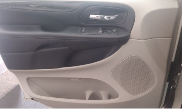 Chrysler Town & Country Interior 13