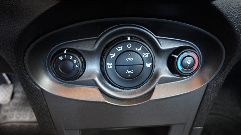 Ford Fiesta Sedán Lateral izquierdo 11