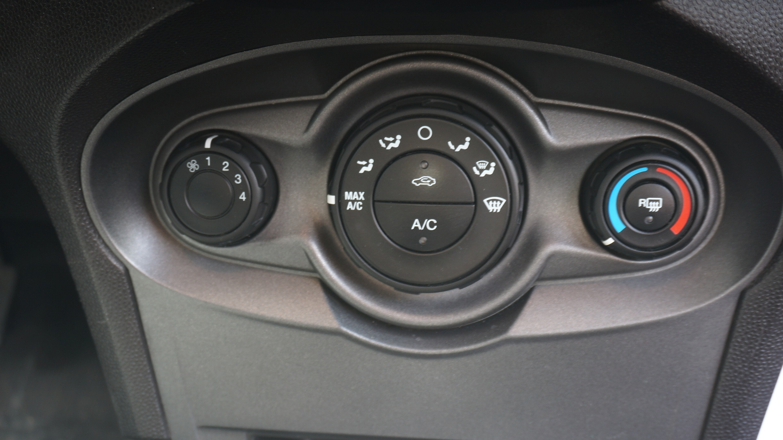Ford Fiesta Sedán Frente 11