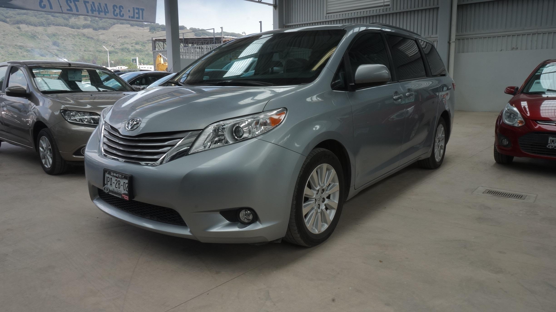 Toyota Sienna Frente 2