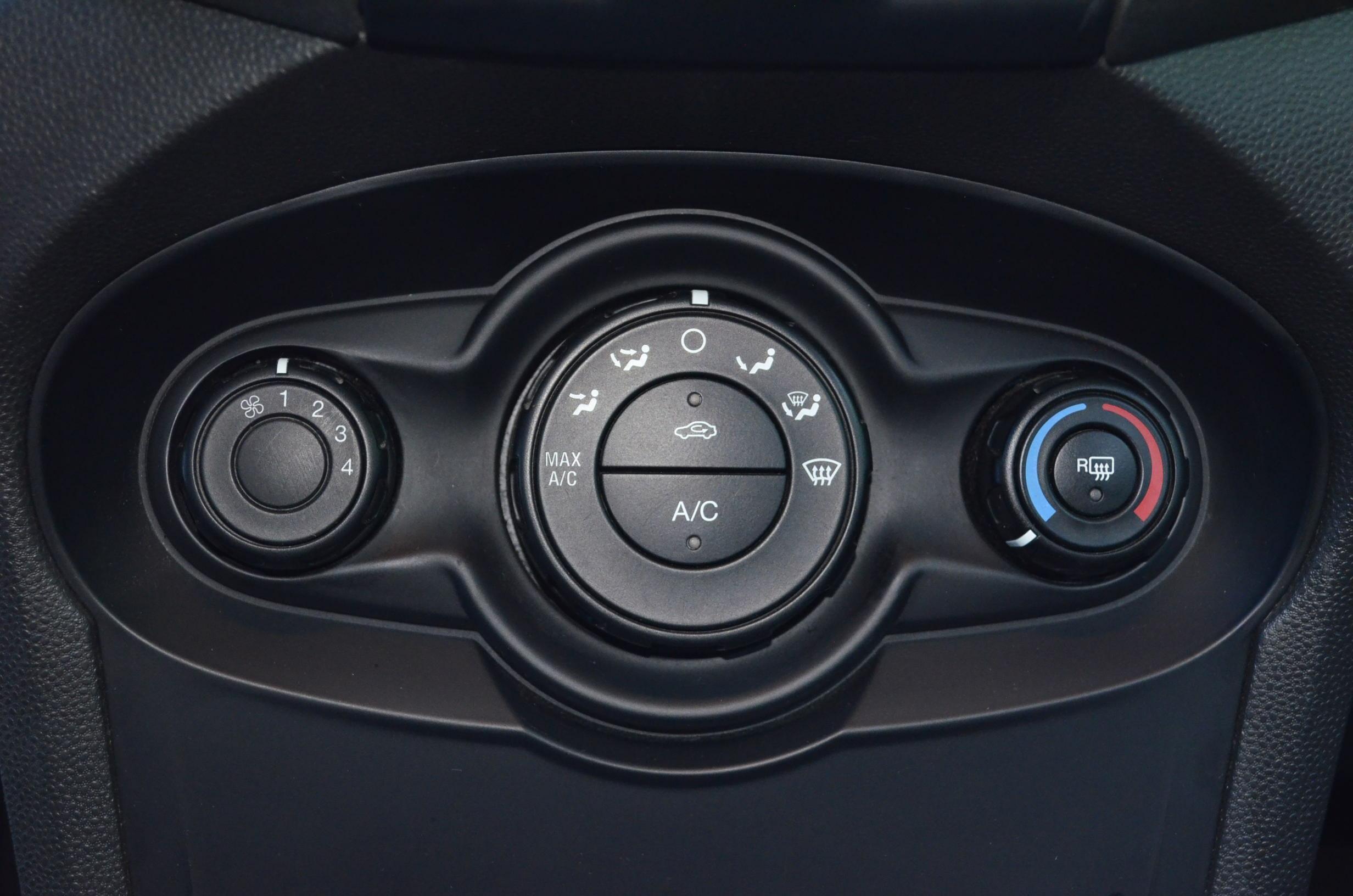 Ford Fiesta Sedán Interior 11